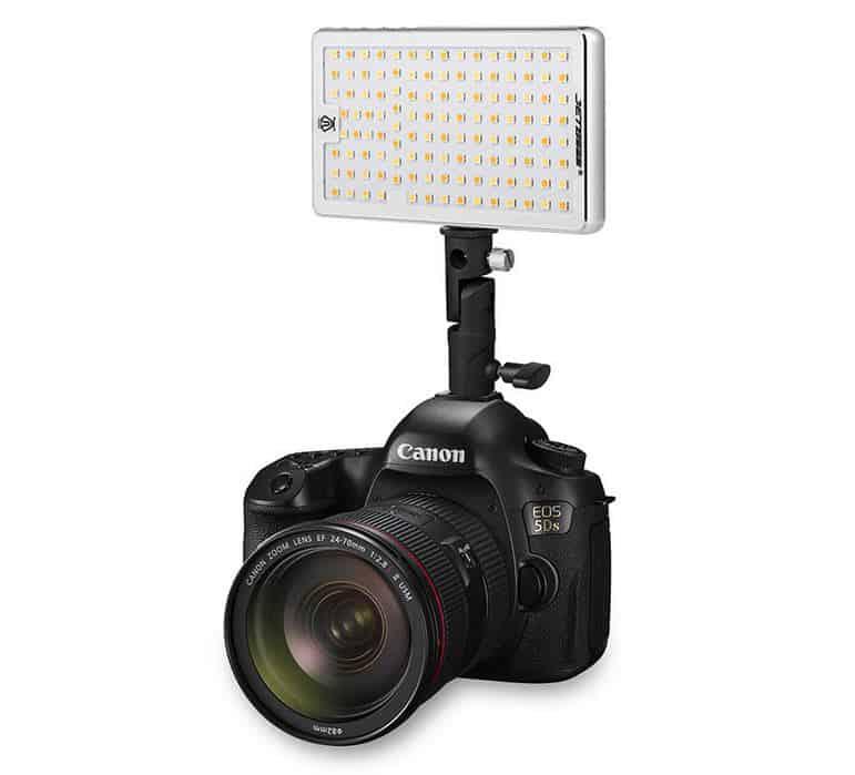 Jetbeam FL-12 Foto-/ Videobeleuchtung mit 780 Lumen, OLED-Display und Power-Bank-Funktion!