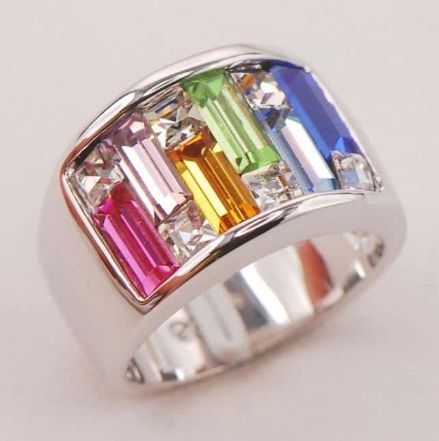 Ein hübscher Silberring mit Schmucksteinen oder Edelsteinen!